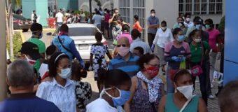 Cientos se aglomeran para buscar la ayuda del Gobierno